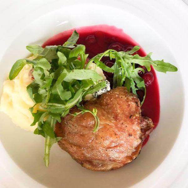 Фото Качина ніжка з картопляним пюре, блакитним сиром та вишневим соусом в Very Well Cafe