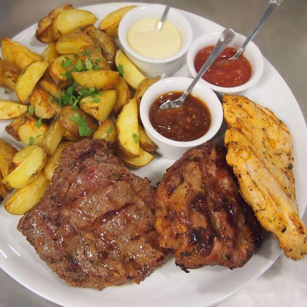 Фото Асорті м'яса гриль з печеною картоплею в Very Well Cafe