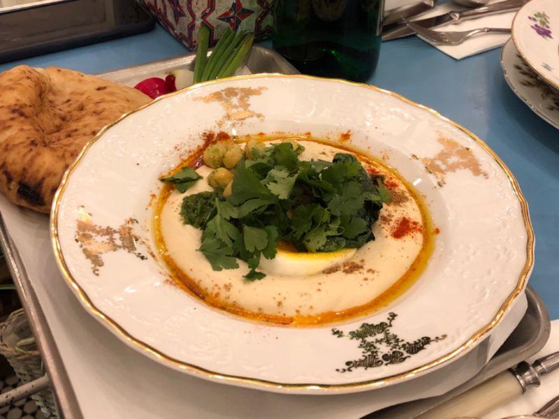 Фото Хумус зі шпинатом, зернами нуту та м'яким яйцем в Adelle