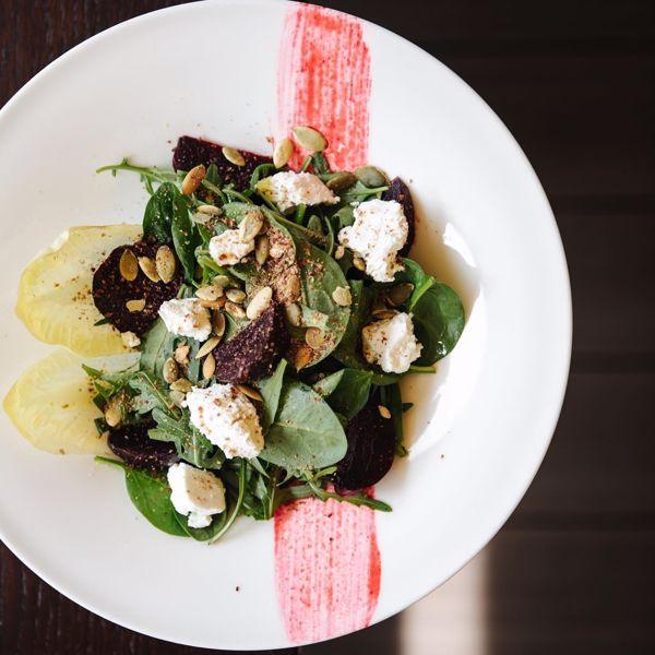 Фото Листя салату з буряком та козячим сиром в Lucky Restaurant Vinoteque