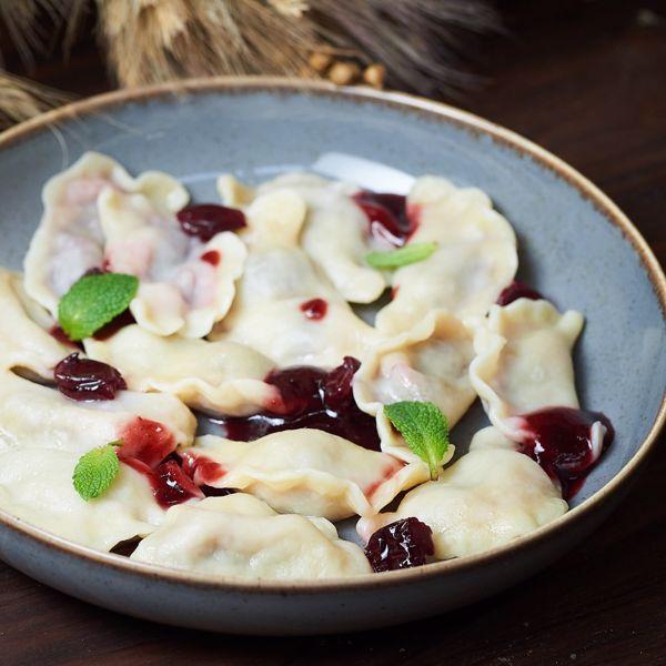 Фото Вареники з сезонними ягодами та сметанковим соусом в Хуторець на Дніпрі