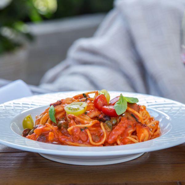 Фото Гострі спагеті з восьминогом, свіжими томатами та каперсами в VINO e CUCINA