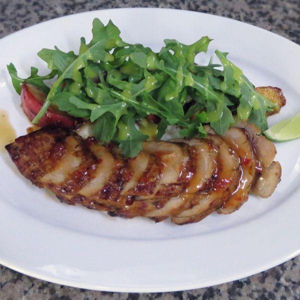 Фото Свиняча вирізка з карамелізованою грушею, руколою та блакитним сиром в Very Well Cafe