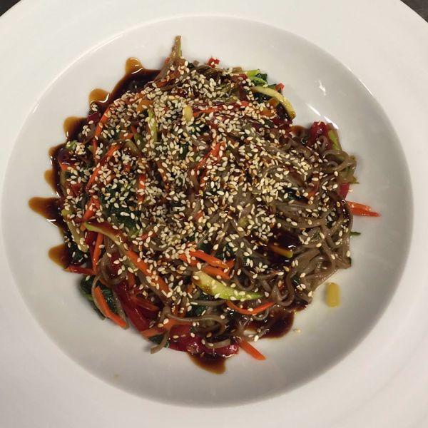 Фото Гречана локшина з качиною грудкою, овочами і кунжутом в Very Well Cafe