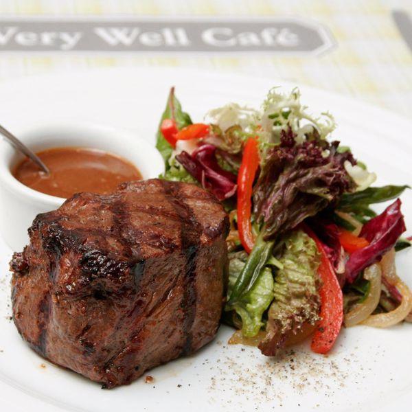 """Фото Філе міньйон з перцем на грилі, томатами, руколой та соусом """"Барбекю"""" в Very Well Cafe"""