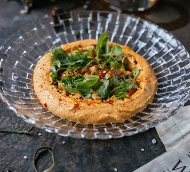 Фото Хумус з копченими томатами і базиліковою вафлею з печі  в Публицист
