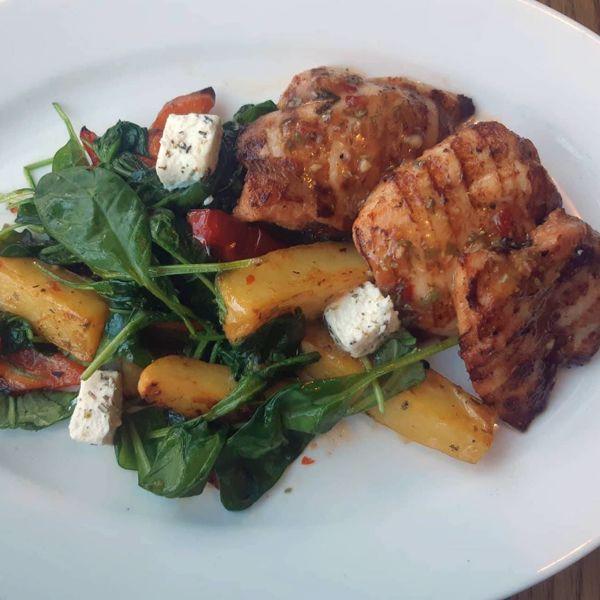 """Фото Філе курячого стегна з томленими овочами, шпинатом і сиром """"Фета"""" в Very Well Cafe"""