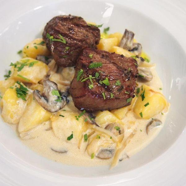 Фото Медальйони із телятини з грибами, картоплею у вершковому соусі в Very Well Cafe