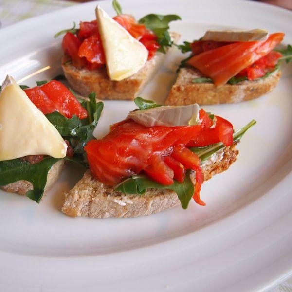"""Фото Брускети зі  слабосолоним лососем, томатами і сиром """"Брі"""" в Very Well Cafe"""