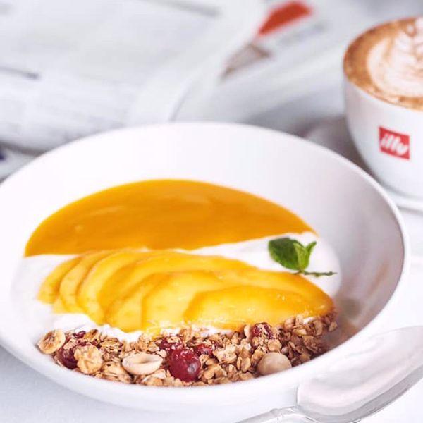 Фото Домашній йогурт зі свіжим манго і гранолою власного виробництва в VINO e CUCINA